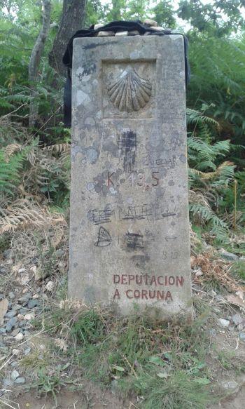 Grossir pour lire 13.5...un couple de pélerins français me confirme, il ne rest que 13.5 km pour Santiago...au lieu de .km, temps covert et frais, aller hop on continue jusqu'à Santiago.